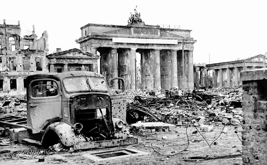 Brandenburger Tor in einer Trümmerlandschaft am Ende des Zweiten Weltkrieges (Mai 1945).